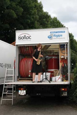 Isofloc-LKW mit Saxophon-Spielerin